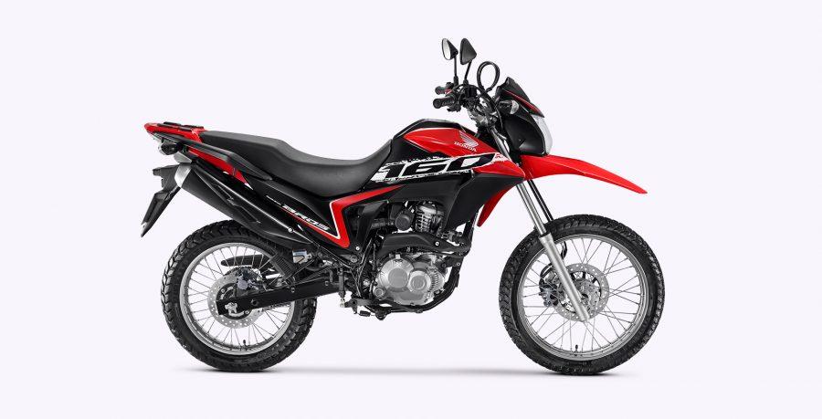 A NXR 160 Bros ESDD conta com sistema de freios CBS (Combined Brake System): ao pisar no freio traseiro, o dianteiro é acionado simultaneamente. Assim, a frenagem é distribuída de modo inteligente, parando a motocicleta em uma curta distância com mais estabilidade e segurança.