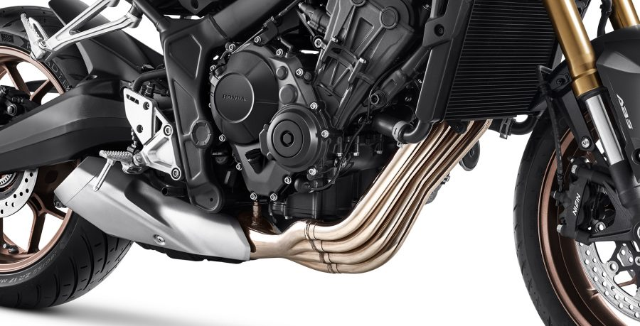 O musculoso motor de 4 cilindros da CB 650R é calibrado para entregar mais torque e potência em todas as faixas de rotação, garantindo alta performance ao pilotar.