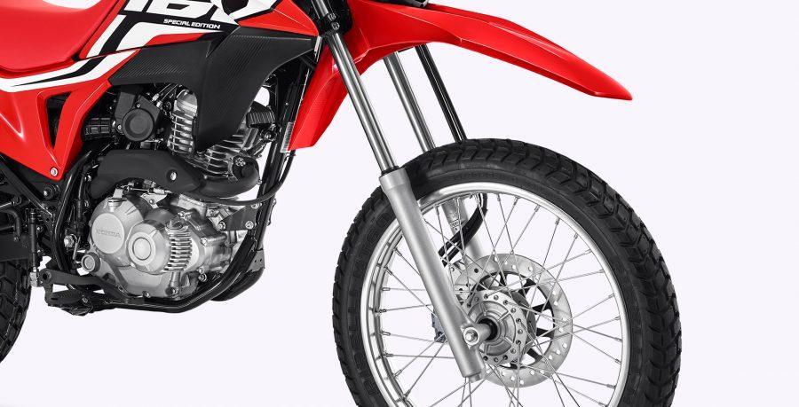 Freio a disco nas rodas dianteira e traseira: outra exclusividade da NXR 160 Bros ESDD na categoria. O freio a disco traseiro proporciona uma distribuição equilibrada e melhor controle de frenagem, oferecendo mais segurança do piloto.