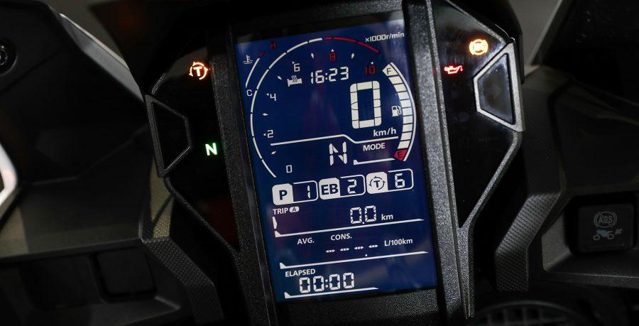 O modelo 2020 ganhou um novo painel de LCD com tela unificada, que traz todas as informações a bordo, além de aquecimento de manopla e um conjunto tecnológico, que oferecem mais praticidade na hora de pilotar.