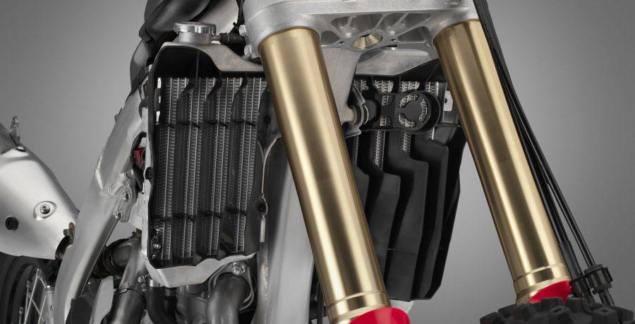 A potência do motor 450 cc com ajustes para off-road garante força e potência linear em diversos tipos de terreno. O motor é mais compacto e leve, graças ao cabeçote monocomando com injeção eletrônica de combustível. E mais: o câmbio de 6 marchas é elástico e preciso.