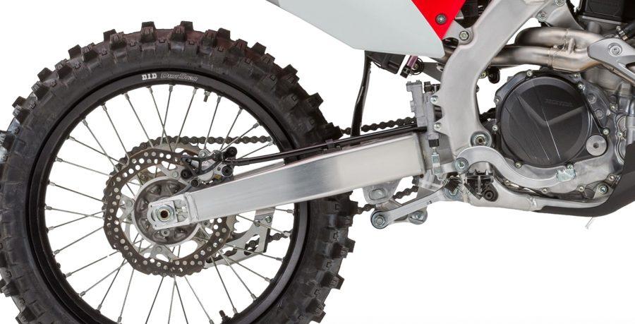 A partida elétrica permite acionar o motor com apenas um toque. Também é possível selecionar o modo de pilotagem conforme o tipo de terreno. E mais: ao acionar o botão de controle de largada, a central ECU garante o total aproveitamento de tração na partida.