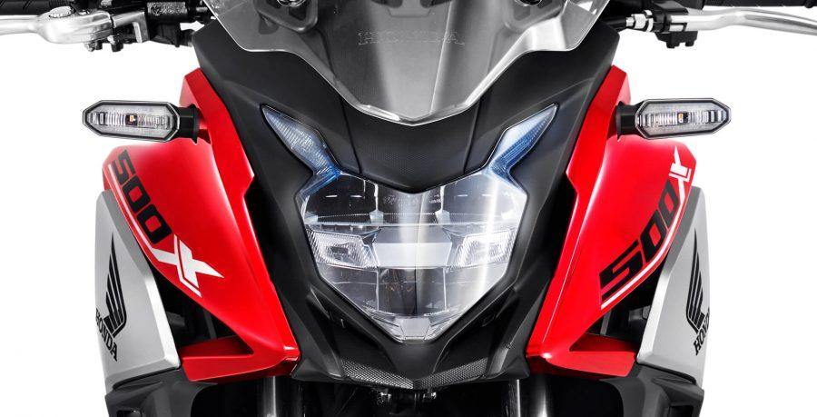 O farol dianteiro, a lanterna traseira e os piscas em LED, deixam a CB 500X ainda mais moderna e garantem uma boa visibilidade em qualquer situação, inclusive em momentos de baixa luminosidade.