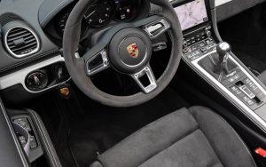 Por que os carros da Porsche ligam do lado esquerdo?