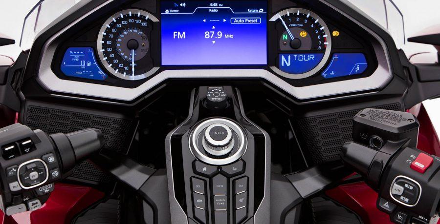 Toda tecnologia e conforto ao seu alcance: o painel de LED traz informações completas sobre a motocicleta, como pressão dos pneus (TPMS), indicador de marcha, aquecimento da manopla e cruise control, entre outras.
