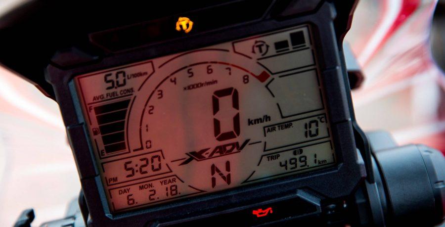 No melhor estilo rally, o computador de bordo da X-ADV é completo: possui hodômetros total e parcial, indicador de marcha e temperatura do ar, relógio, calendário e tacômetro. Além disso, registra o consumo de combustível, trazendo todas as informações que o piloto precisa.