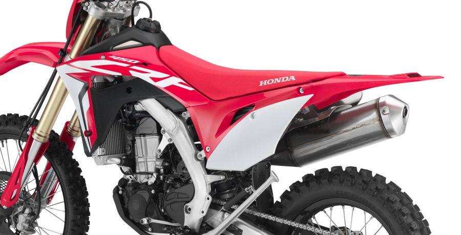 A Honda CRF 450X 2019 foi redesenhada, trazendo tecnologia e performance. Além do visual de motocross, ela possui tanque de combustível de titânio de 7,6 L, odômetro digital, velocímetro, farol, luz traseira, câmbio de 6 marchas e controle de consumo e de distâncias.