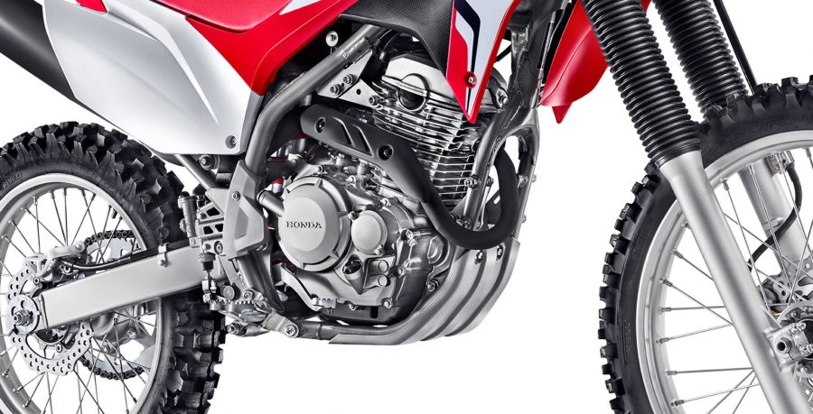 O motor de 250 cilindradas SOHC, a gasolina, gera 22,2 cavalos de potência a 7.500 rpm. O novo motor entrega uma relação peso/potência maior comparada à CRF 230F, proporcionando melhores saídas e arrancadas.