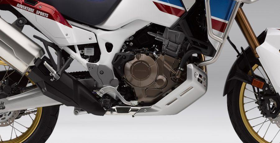 Motor bicilíndrico paralelo de 999cc com sistema de comandos Unicam proporcionam um motor mais compacto e mais leve. Além disso, oferece uma performance superior, graças ao desenho do cilindro e do cabeçote, derivados de décadas de desenvolvimento no Rally Dakar. Potência e leveza em um só conjunto.