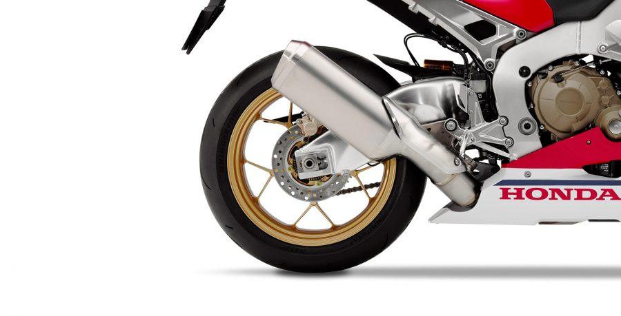O modelo SP é equipado com um conjunto desenvolvido em parceria com a Öhlins. O seu sistema pode ser regulado de modo eletrônico pelo painel da motocicleta e ainda conta com seis níveis de ajustes da suspensão, sendo três manuais e três automáticos.