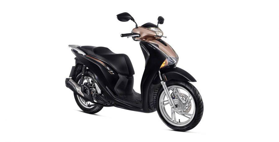 No porta-objetos da moto há uma tomada 12 V para você conectar o carregador do seu smartphone.