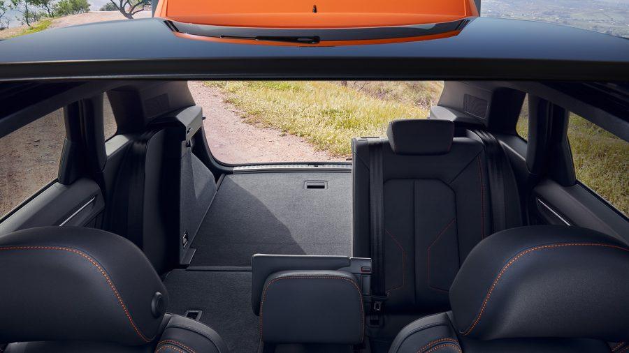 O novo Audi Q3 cresceu em todas as dimensões e está posicionado no segmento superior dos SUVs compactos. Ele tem 4.484 milímetros de comprimento e 1.849 milímetros de largura. Sua distância entre-eixos foi alongada e possui 2.680 milímetros, com espaço para joelhos, cabeça e cotovelos ainda maior que o antecessor. Um destaque é a divisão de espaço altamente variável: com bancos traseiros corrediços e encostos com três divisões que podem ser inclinados em sete etapas. Dependendo da posição dos bancos e encostos traseiros, a capacidade do compartimento de bagagem pode variar de 530 a 675 litros e ainda, com os encostos dobrados, o volume aumenta para 1.525 litros. O assoalho do porta-malas pode ser ajustado em dois níveis e ficar até 748 milímetros mais baixo, o que facilita a inclusão de bagagens pesadas ou o armazenamento da tampa do bagageiro. Um SUV grande e adaptável para as suas necessidades.