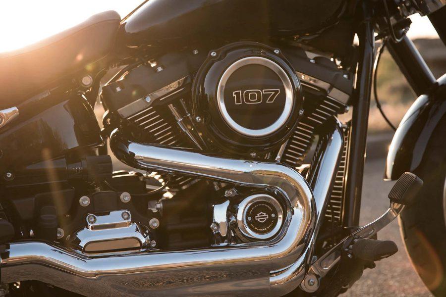 Potência e binário para chegar com rapidez a qualquer lugar. A montagem rígida e o contrabalanço interno proporcionam uma viagem suave sem descurar as sensações tão características da Harley que os condutores conhecem e adoram.