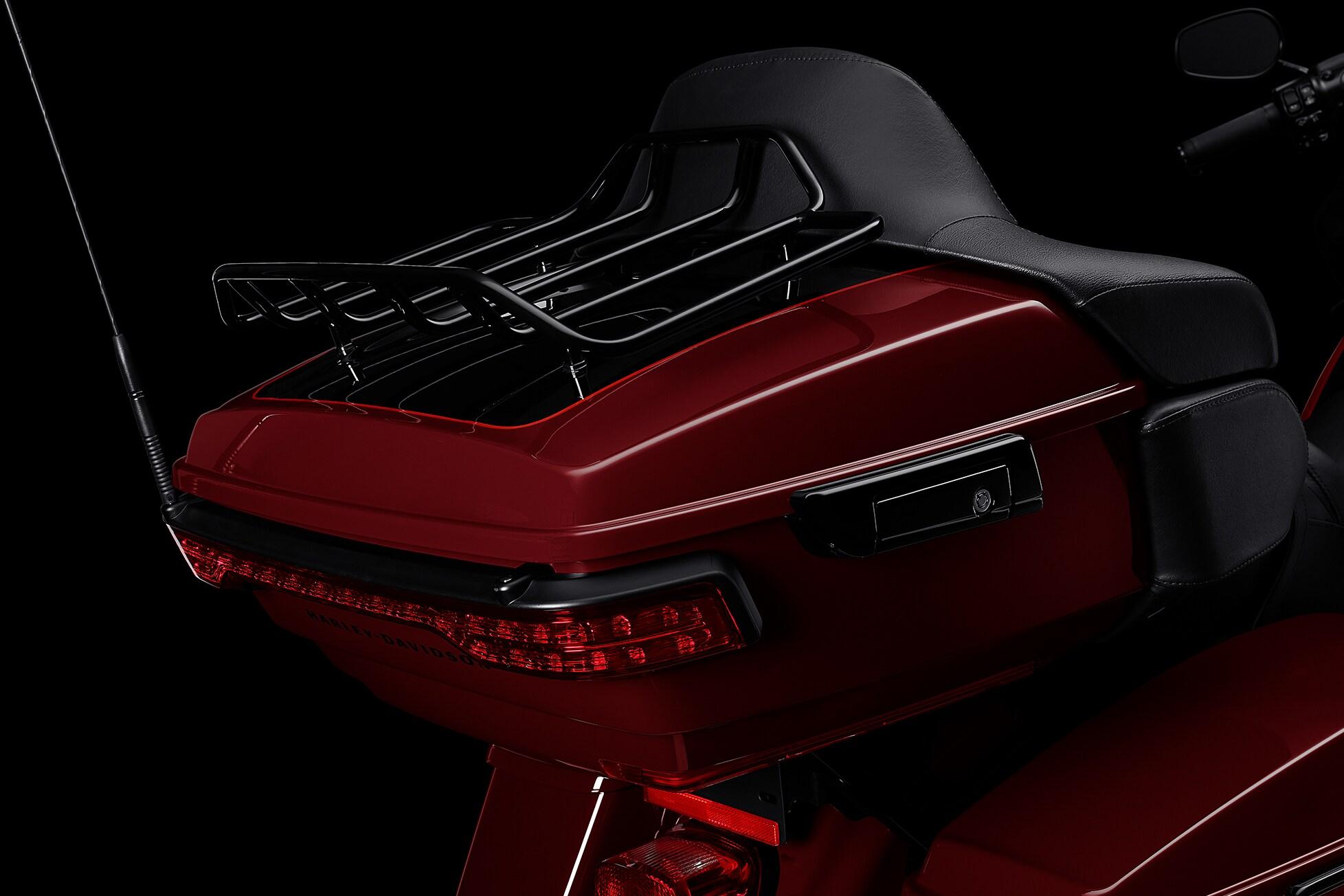 Um bagageiro Tour-Pak elegante, porém espaçoso, que acomoda facilmente os capacetes do motociclista e do passageiro, além de outros itens de viagem.