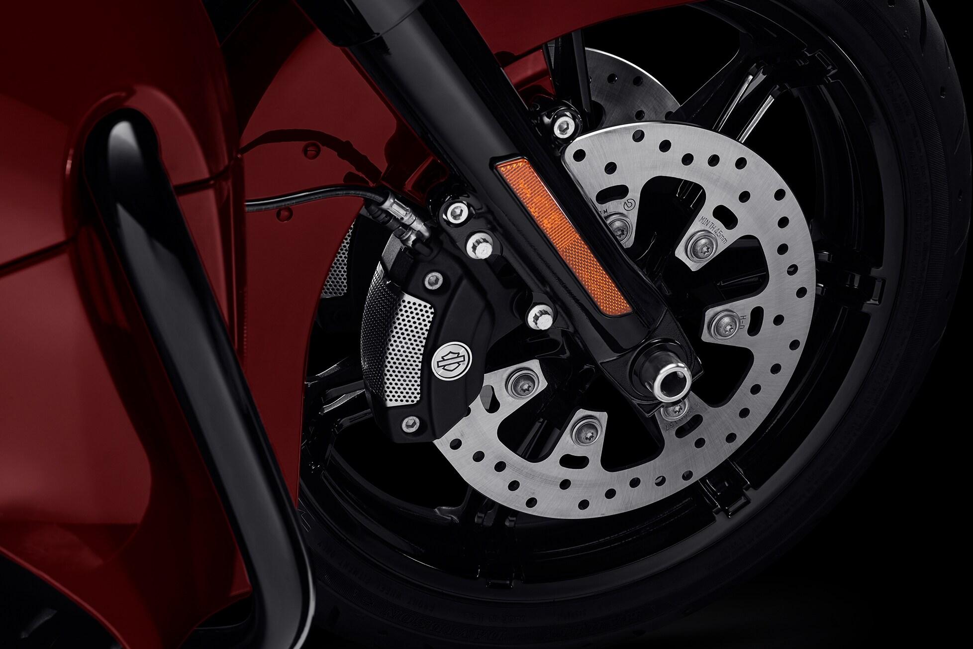 Concebidos para ajudar a evitar que as rodas travem durante a frenagem e permitir que o motociclista mantenha o controle ao frear em linha reta. O ABS funciona de forma independente nos freios dianteiro e traseiro para manter as rodas girando e ajudar a evitar o travamento descontrolado da roda em situações de urgência.