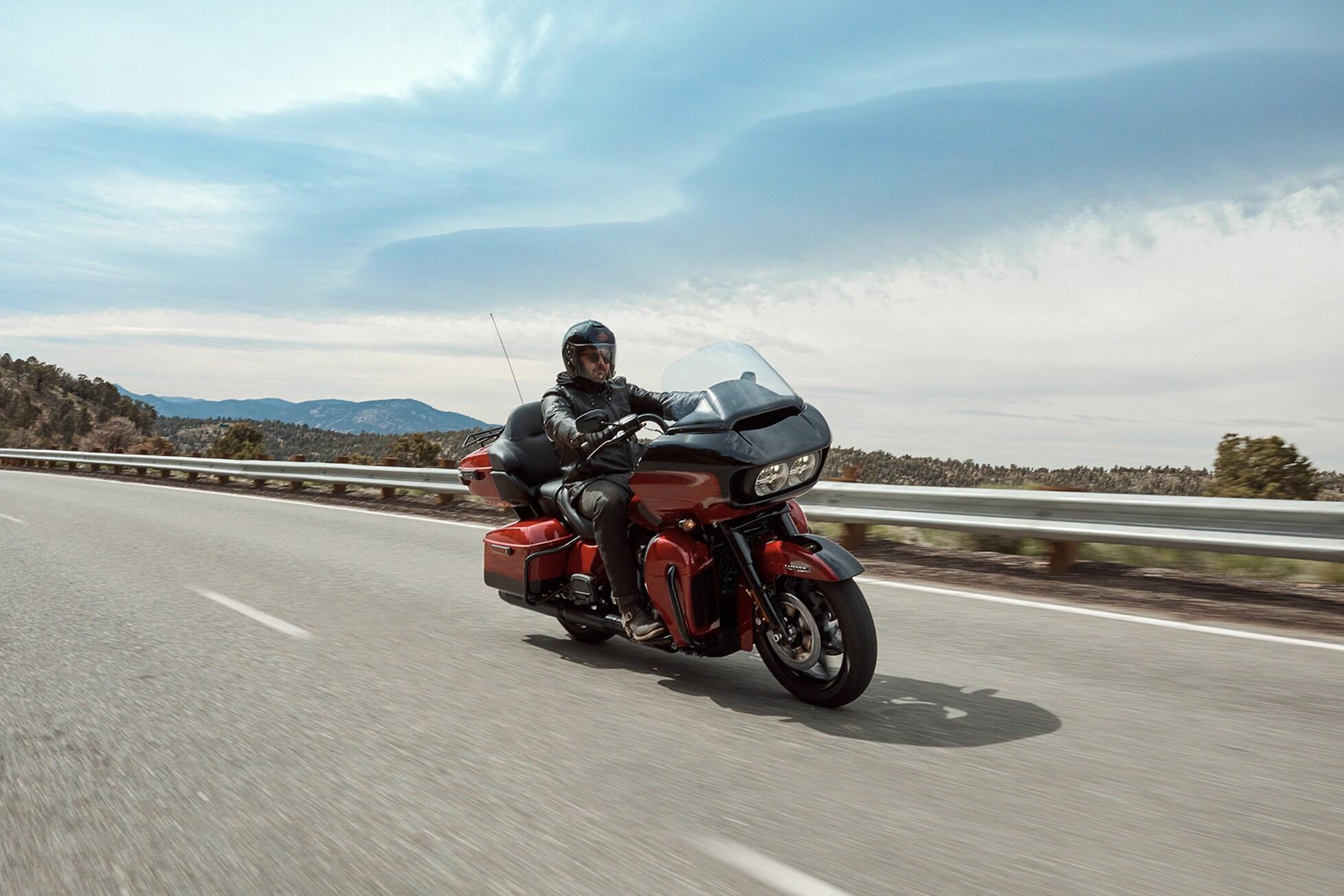Os Sistemas Reflex™ de Pilotagem Defensiva são um novo pacote padrão e um conjunto de tecnologias projetadas para adequar o desempenho da motocicleta à tração disponível durante a aceleração, a desaceleração e a frenagem.