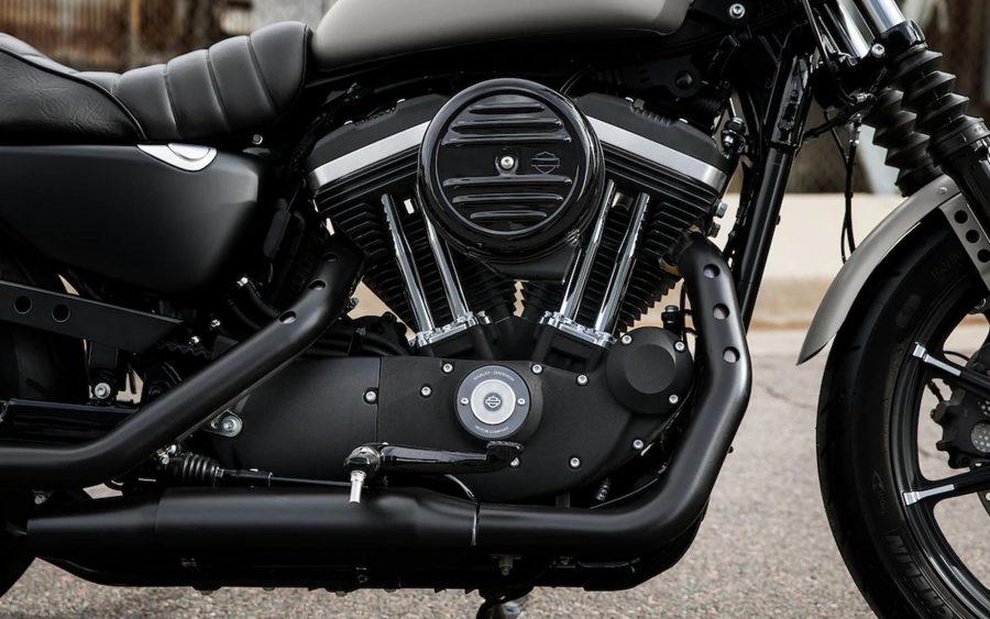 """Um ícone original do estilo """"Dark Custom"""" da Harley-Davidson®. Define o padrão para o look """"blacked-out"""", despojado e puro."""