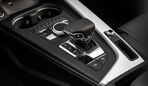 A transmissão S Tronic de sete velocidades e dupla embreagem permite trocas rápidas e suaves, sem perda perceptível de potência. Em conjunto com o sistema Audi Drive Select, proporciona uma dirigibilidade fora de série, especialmente em curvas e ultrapassagens.
