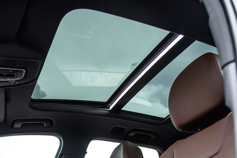 Item de série, o teto solar panorâmico open sky não só enfatiza o design do veículo, como também deixa a cabine com aparência muito mais espaçosa, inclusive para os passageiros dos bancos de trás.