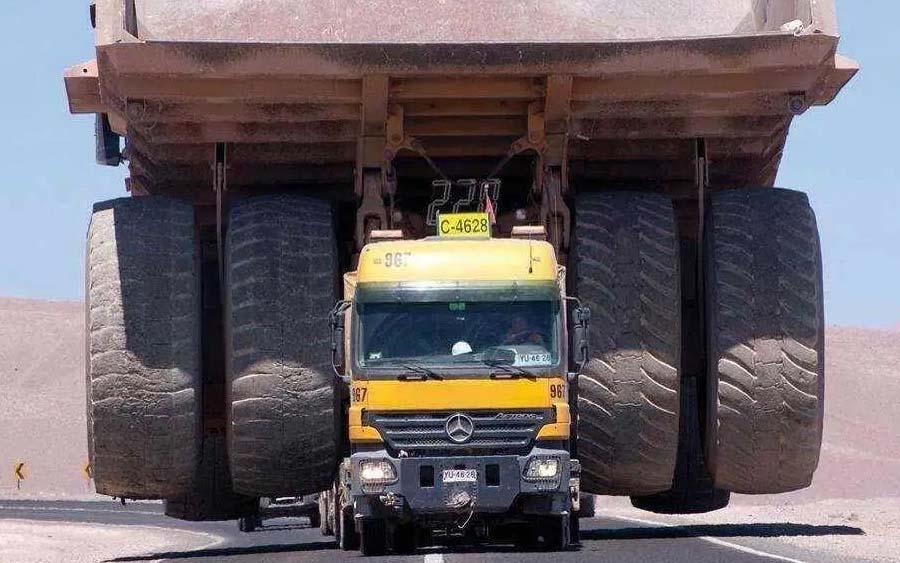 Conheça o caminhão da Mercedes usado para carregar os gigantes de 623 toneladas