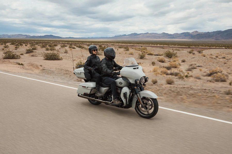 Uma experiência de interface avançada que oferece funcionalidade, sensação e visual contemporâneos com durabilidade e características excepcionais desenvolvidas especificamente para o motociclismo. Cada elemento foi otimizado para aumentar a interação entre o motociclista e a motocicleta e a conectividade com o mundo.