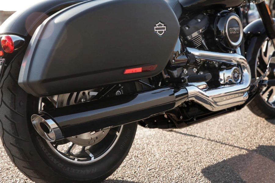 "O motor ""blacked-out"" Milwaukee-Eight, as jantes de alumínio fundido Mantis e os silenciadores pretos conferem um estilo furtivo à Sport Glide™."
