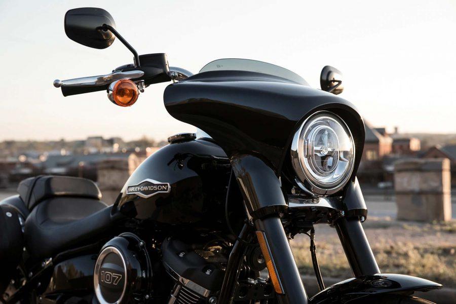 Tem ao seu dispor várias funcionalidades modernas, incluindo um sistema de iluminação dianteira LED, porta USB e ignição sem chave.