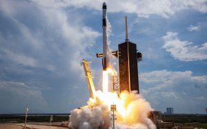 SpaceX lança foguete com astronautas da Nasa