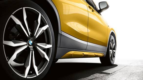 O que o BMW X2 começa, leva até ao fim. Os novos painéis por cima das saias laterais em cinza Frozen evidenciam isso também. Formam uma ligação perfeita entre as caixas das rodas, com o acabamento na mesma cor, e continuam sistematicamente a interação entre a cor exterior e os elementos decorativos até à traseira.