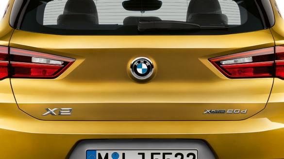 Sistemático de uma ponta à outra: a linguagem única do design estende-se até à traseira. A porta do bagageiro fica alinhada com o spoiler, criando assim um visual particularmente elegante. Para complementar o visual, o puxador da porta do bagageiro foi discretamente integrado na logo da BMW.