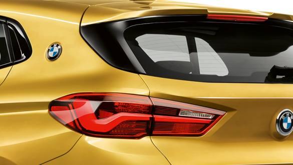 Dinâmico em todos detalhes. O spoiler traseiro M reforça o visual esportivo do perfil alongado de estilo coupé. Com os seus contornos distintos, o spoiler traseiro M é mais um elemento apelativo que complementa perfeitamente a traseira do BMW X2.