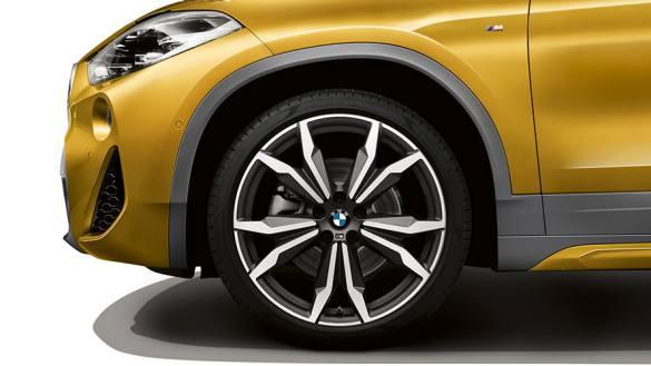Uma imagem esportiva geral: as caixas das rodas proeminentes em cinza Frozen do pacote M Sport X proporcionam uma estrutura particularmente dinâmica para as espetaculares rodas. Tal como as distintas saias laterais, são uma indicação óbvia de que o BMW X2 é um elemento de pleno direito da família BMW X.