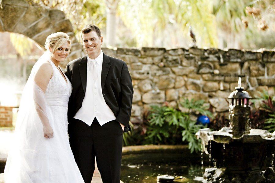 Caso a grana esteja realmente muito curta, considere fazer o casamento em lugares cedidos por amigos ou familiares