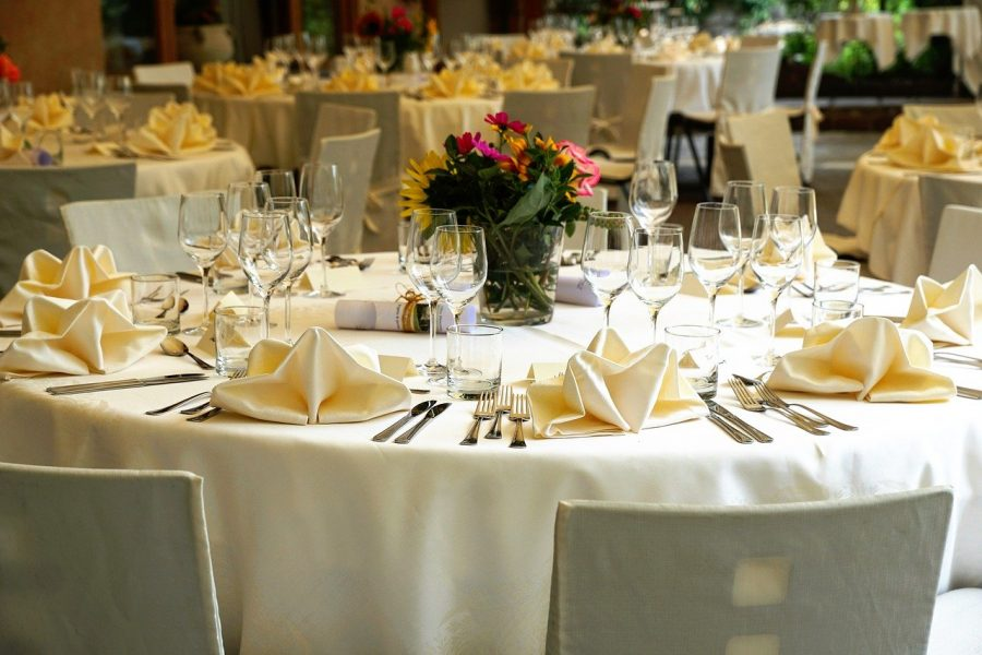 A parte do buffet nas festas de casamento sempre costuma custar o olho da cara