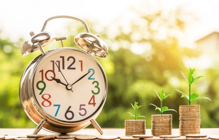 A poupança não precisa estar vinculada a uma conta corrente, por isso, basta procurar uma agência bancária e pedir para abrir uma conta poupança