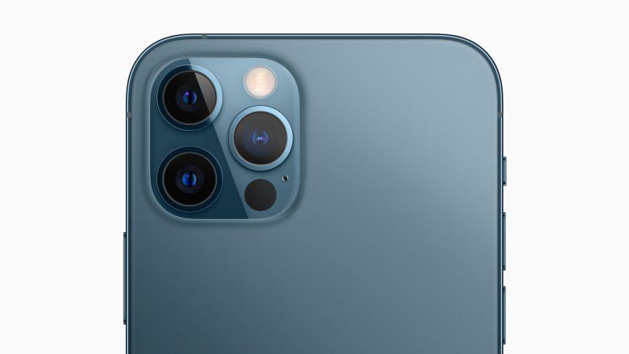 O sistema de câmera Pro dos modelos do iPhone 12 Pro inclui novas câmeras grande-angular para desempenho ainda melhor com pouca luz, uma ampla câmera ultra-angular e uma câmera teleobjetiva para capturar imagens e vídeos de tirar o fôlego.