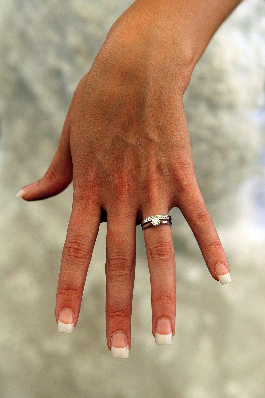 De acordo com alguns relatos históricos, o surgimento do primeiro anel de noivado aconteceu no ano de 1477