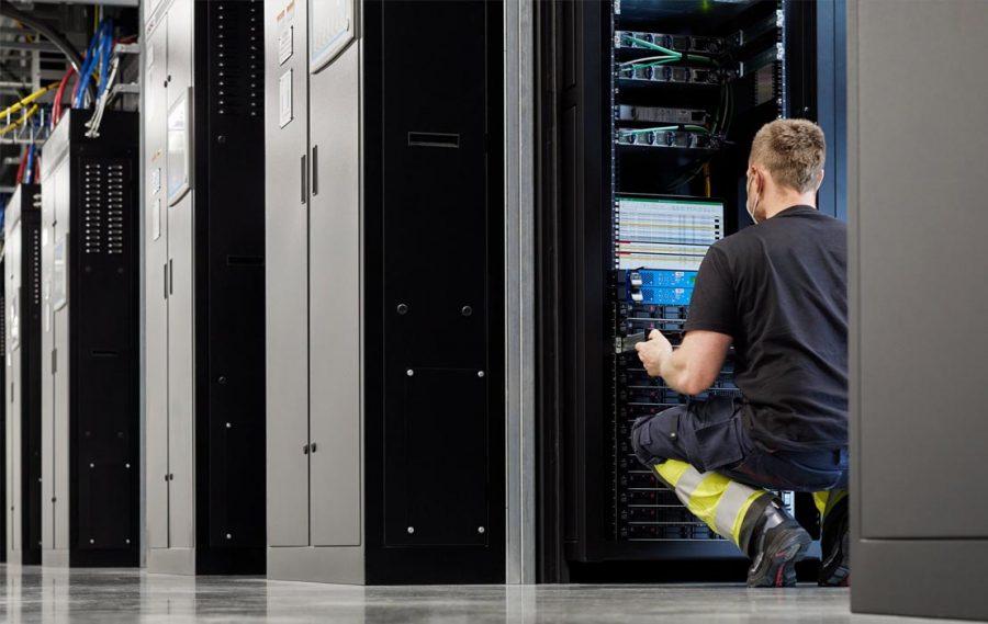 O data center em Viborg tem um projeto arquitetônico ecológico avançado, com um sistema de resfriamento exclusivo baseado em correntes de ar naturais que diminuem significativamente o consumo de água e energia.