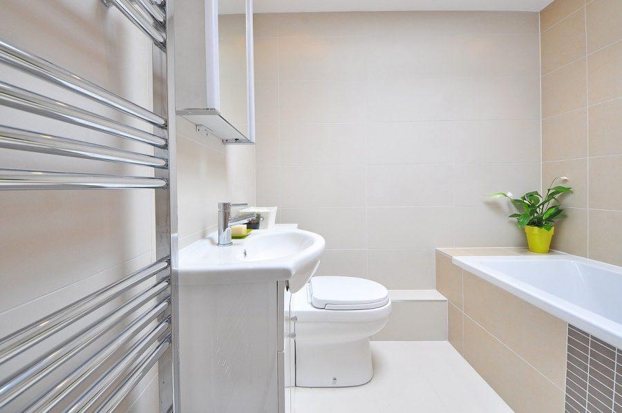 Um banheiro pequeno pode trazer um ambiente moderno, arejado e também muito confortável
