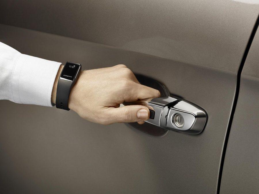 Chave presencial em forma de pulseira vira acessório para o SUV Hyundai Creta.