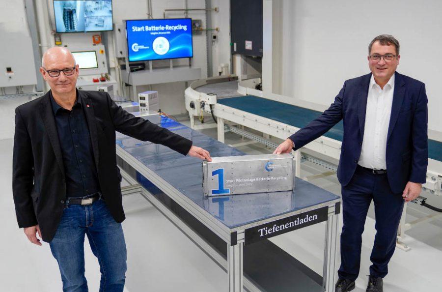 Andreas Salewsky (dir.), gerente da planta de Salzgitter, na Alemanha, e o presidente do conselho de trabalhadores local, Dirk Windmüller, na planta de reciclagem de baterias.