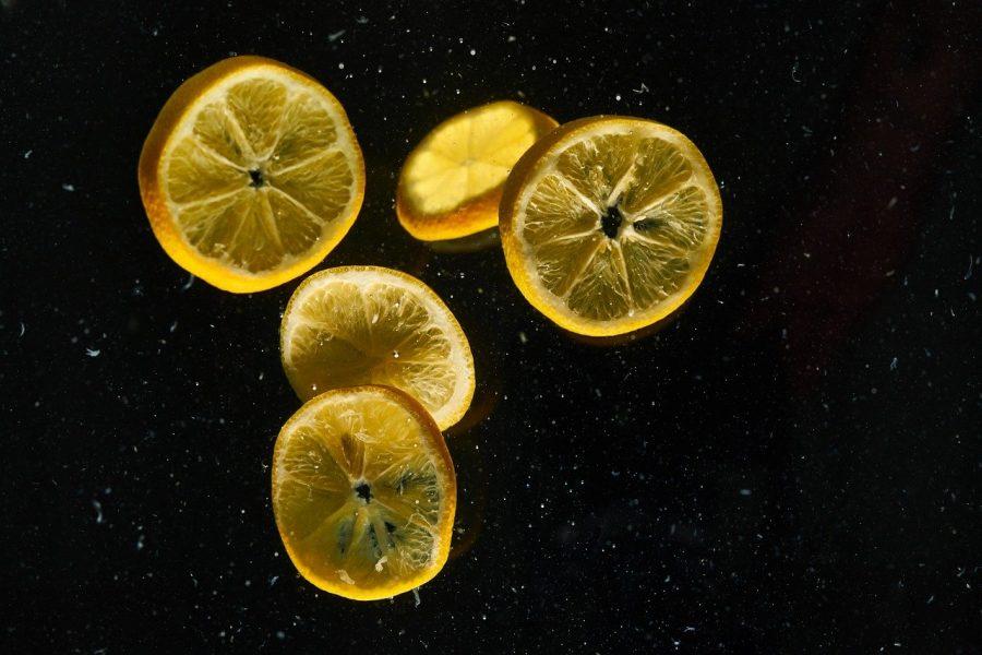 """O limão é uma fruta cítrica que possui alguns componentes que podem """"queimar"""" a pele"""