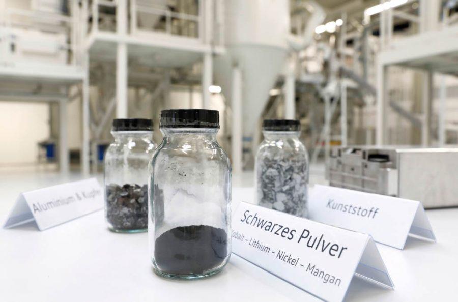 A economia de CO2 é calculada em aproximadamente 1,3 tonelada por bateria de 62 kWh fabricada utilizando cátodos feitos de material reciclado e consumindo eletricidade verde.