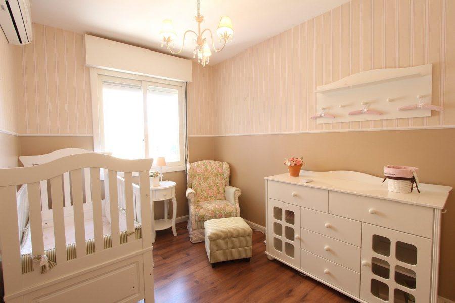 Conte também com uma cadeira de amamentação no quarto, pois será um lugar que a mãe deverá passar por um tempo indeterminado