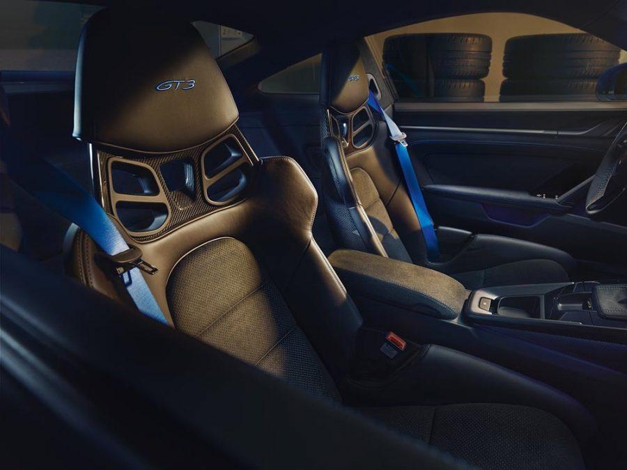 Com tecnologia construtiva desenvolvida nas pistas de competição, o novo Porsche 911 GT3 será equipado com motor boxer de seis cilindros, de quatro litros, de 375 kW (510 PS), praticamente inalterado em relação ao do 911 GT3 Cup, e transmissão baseada no 911 GT3 R, comprovadamente testada em provas de resistência.