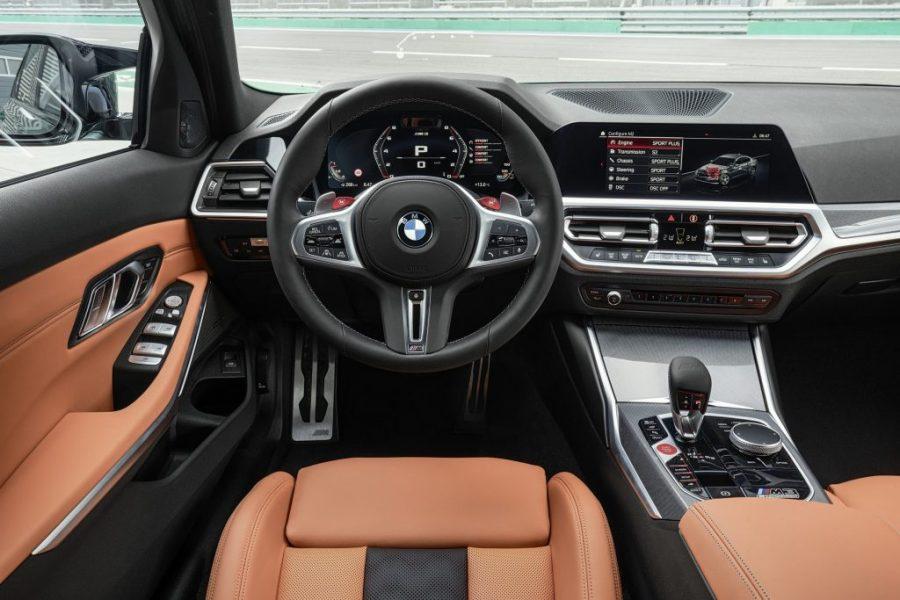 O design do BMW M3 Competition e do BMW M3 Competition Track também é algo que marca a personalidade do lançamento. Com carroceria diferenciada e exclusiva, além da traseira mais larga e dos difusores traseiros, o teto e o acabamento interno em fibra de carbono traduzem a elegância do moderno esportivo, juntando forma e função perfeitamente e reforçando os detalhes de cada item, como cintos de segurança M Sport. Outra característica dessa edição são os tapetes em veludo, o pacote de luzes internas e os ajustes elétricos nos bancos dianteiros. Os modelos estão disponíveis em: Branco Alpino, Preto Safira, Azul Portimao, Amarelo São Paulo, Cinza Brooklyn, Verde Isle of Man Green e Vermelho Toronto, com revestimento em couro Merino nas cores Preto, Azul Yas Marina com Preto, Silverstone com Preto, Laranja Kyalami com Preto.
