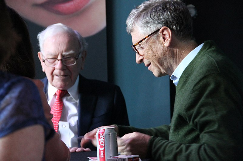 Buffett playing cards with Bill Gates at Borsheims during the 2018 shareholder's weekend (BorsheimsJewelry / Wikimedia)