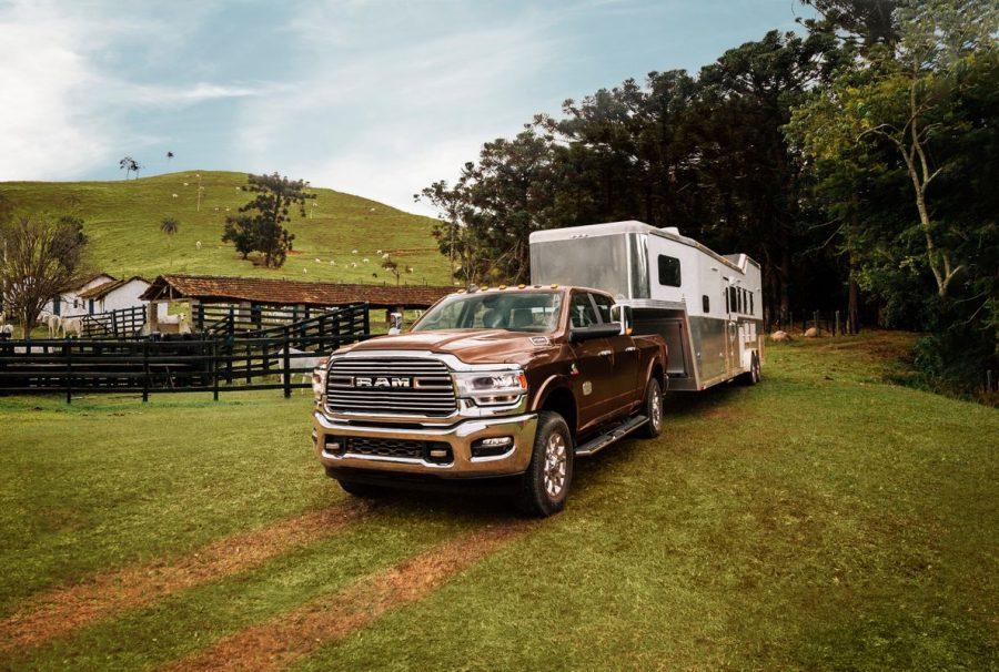 Para otimizar a capacidade da 2500 de rebocar quase 8 t, a caçamba tem preparação para receber trailers pesados, como os que levam animais de grande porte