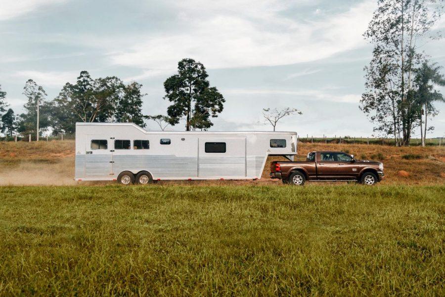 Ram 2500 Rodeo foi pensada com muito cuidado para atender da melhor forma quem transporta trailers pesados, como os que levam cavalos, por exemplo.