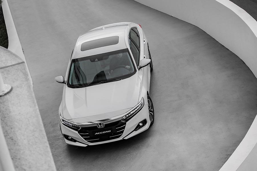 O e:HEV estreia no Brasil no novo Accord híbrido, o modelo flagship da Honda. Com o uso de um sistema de dois motores elétricos de alta eficiência, combinados a um motor 2.0 a combustão, de ciclo Atkinson, ele proporciona uma nova experiência de condução ao volante, com aceleração e respostas vigorosas, combinada a um consumo de combustível excepcional.